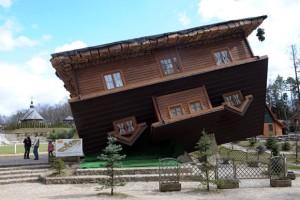 Casas construídas de ponta cabeça são atrações pelo mundo