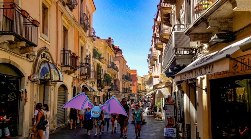 Imagem: Pokémon nas ruas de Taormina, Sicília, Itália.