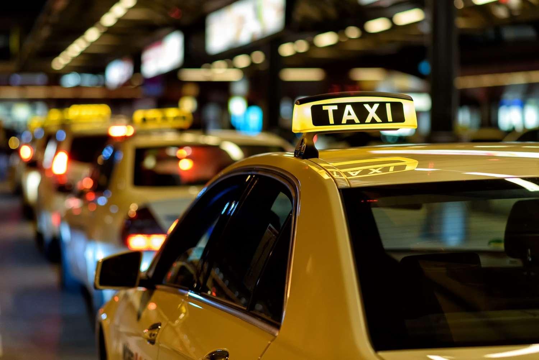 Antes de pegar um táxi no exterior, conheça as tarifas